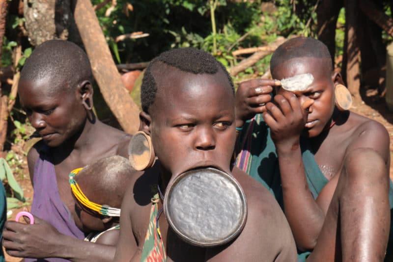 スリ族は唇で有名なエチオピアの民族!文化的な特徴から英語表記の議論 ...